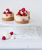 Small meringue and raspberry small cheesecakes