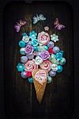 Eiswaffel mit Baisergebäck und Zuckerblumen