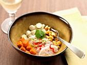 Peruanisches Ceviche (Salat mit mariniertem rohen Fisch)