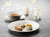 Gebratene Foie Gras, aufgeschlagene Sahne mit Algen und Essblüten, roher Schellfisch und Köhler