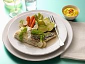 Seehechtfilets mit gedämftem Gemüse, Schälchen Safranmayonnaise