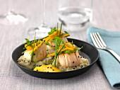 Gebratene Jakobsmuscheln, Rucola, Orangenzesten und Orangensauce, Fenchelpüree, schwarzer Sesam