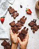 Schokoladenbrownies in Form von Hasen und Bärchen
