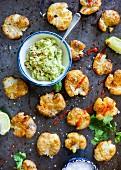 Zerquetschte Bratkartoffel mit roter Paprikasauce, hausgemachtes Guacamole