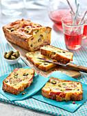 Herzhafter Kastenkuchen mit Rohschinken, Emmentaler und Essiggurken mit Amora-Senf