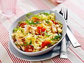 Nudelsalat mit Tagliatelle, Pute, Kirschtomaten, Haselnüssen und Rucola