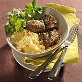 Méchoui d'agneau (nordafrikanisches Hammelfleisch) mit Koriander, Weizengriess mit Rosinen