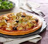 Tuna-artichoke pizza