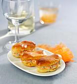 Mini-Eclairs mit aufgeschlagenem Frischkäse, Kochschinken und geriebenen Karotten