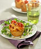 Pikanter Muffin mit Kirschtomaten und Chorizo
