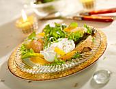 Pochiertes Ei auf Blattsalat mit Zitrusfrüchten