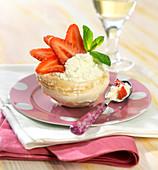 Baiserschälchen gefüllt mit Sahne und frischen Erdbeeren