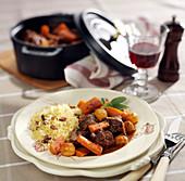 Geschmortes Rindfleisch mit Karotten und Perlzwiebeln dazu Couscous mit Rosinen