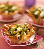 Teigschälchen gefüllt mit grünem Spargel, Spinat und Feta