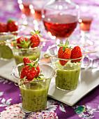 Kiwi-Milchshake mit Erdbeerspiesschen