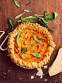 Herbstliche Pastete mit Entenconfit, Parmesancreme und Butternusskürbis, mit Teigblättern verziert