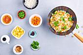 Gebratener Reis mit Ananas und Süsskartoffeln im Wok