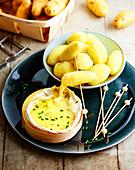 Pellkartoffeln mit geschmolzenem Camembert