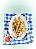 Rotbarbenspiesse mit Zitrone, Dill und Grapefruit-Geschmacksperlen