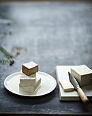 Tofu in Scheiben schneiden
