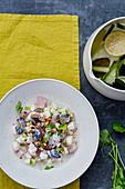 Salat mit rohen Makrelen, Rettich, grünem Apfel und gerösteten Haselnüssen