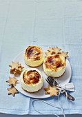 Crème brûlée-style small cheesecake,star-shaped biscuits