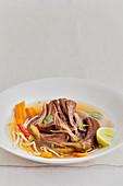 Lammfleisch im asiatischen Gemüsesud mit Ingwer