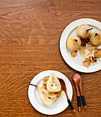 Pochierte Birnen mit Honig und Gewürzen
