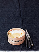 Mont d'Or (französischer Weichkäse), angeschnitten
