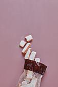 Tütchen mit rosa Biskuit aus Reims
