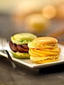 Zitronen-Macaron und Pistazien-Schokoladen-Macaron