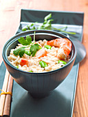 Risotto mit Garnelen und grünem Gemüse auf asiatische Art