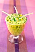 Avocado-Minz-Smoothie mit Strohhalm