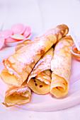 Crepes mit Honig und Puderzucker