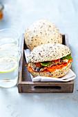 Körnerbrötchen-Sandwich mit gegrilltem Hähnchen und Rohkost