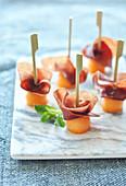 Kleine Häppchen mit Melone und Bündnerfleisch