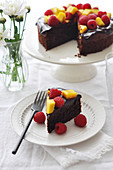 Schokoladenkuchen mit frischen Früchten, angeschnitten