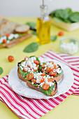 Belegtes Brot mit Babyspinat, Feta und Kirschtomaten