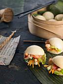 Gua Bao (taiwanesisches Sandwich mit Krabben und Gemüse)