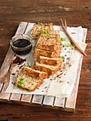 Herzhafter Kastenkuchen mit Kalbshack, Pilzen und Karotten, Sauce aus Rindsbouillon