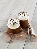 Schokoladencreme mit aufgeschlagenem griechischem Joghurt und dreierlei Schokoladen-Vermicelli