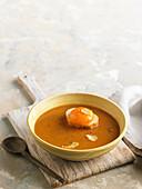 Knoblauchsuppe und Crouton mit Eigelb