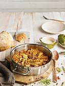 Spanisches Reisgericht mit Schweinekoteletts und Artischocken