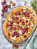 Pizza mit Ziegenkäse, Kirschen und Walnüssen