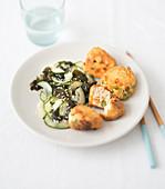 Gurkensalat mit Wakame-Algen, gebackener Tofu mit Gemüse
