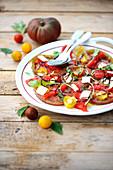 Tomaten-Paprika-Carpaccio mit Parmesanspänen