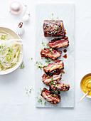 Karamellisierte Schweinerippchen mit Sesam, Curry-Mayonnaise und Fenchelsalat