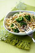 Noodles sauté with broccolis