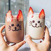 Schokoladen-Smoothie und Vanille-Smoothie Katzengesicht