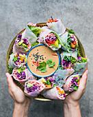 Regenbogen-Reispapierröllchen mit Cashewnuss-Sauce